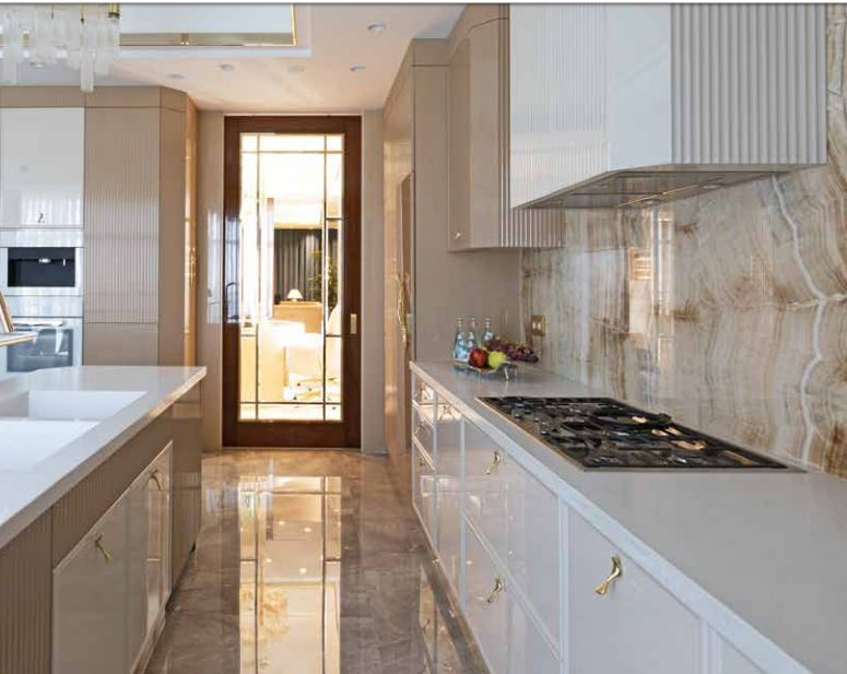 A Luxury Kitchen Where Gold and Coral Create a Stunning Environment luxury kitchen A Luxury Kitchen Where Gold and Coral Create a Stunning Environment 1