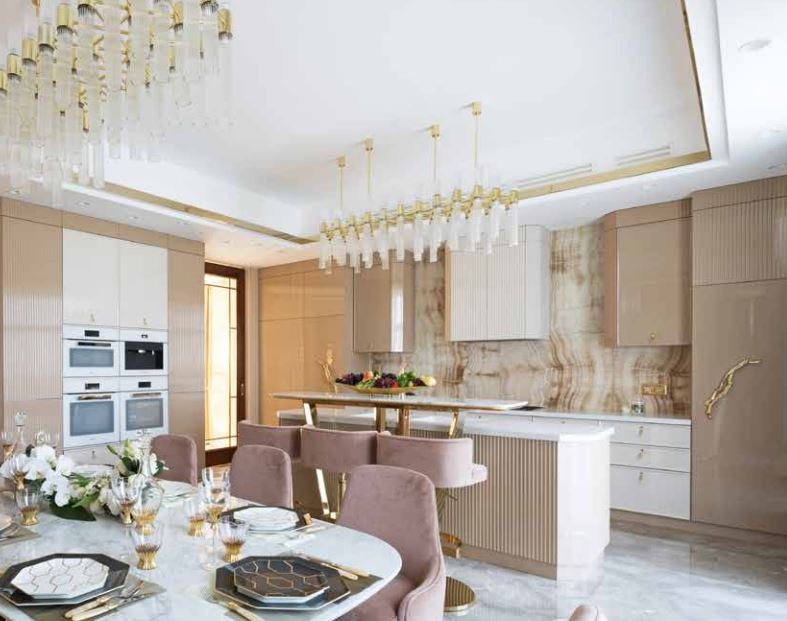 A Luxury Kitchen Where Gold and Coral Create a Stunning Environment luxury kitchen A Luxury Kitchen Where Gold and Coral Create a Stunning Environment 2