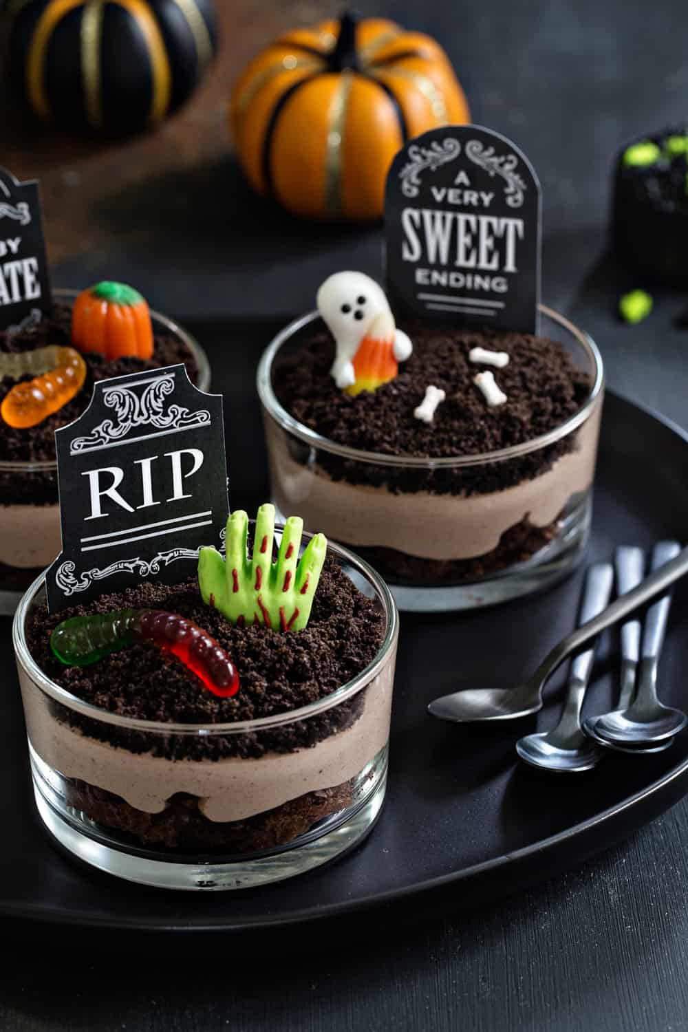 Pull Off A Sophisticated Look With These Halloween Decoration Ideas halloween decoration ideas Pull Off A Sophisticated Look With These Halloween Decoration Ideas Brownie Dirt Pudding Picture