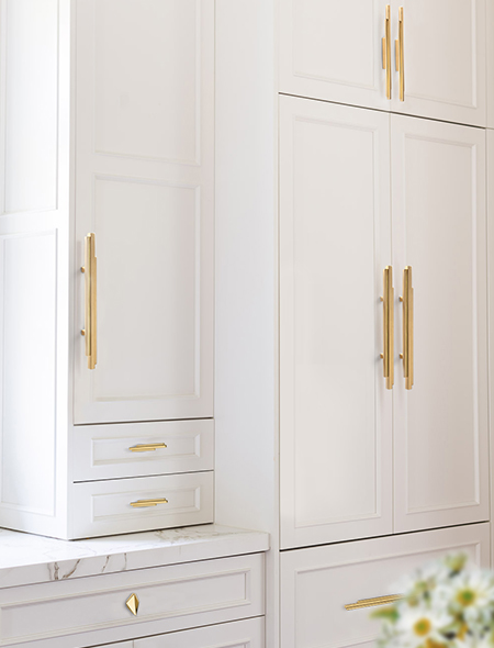 Kitchen Cabinets with Skyline Cabinet Hadle (CM3001) made of brass in gold from Cosmopolitan Collection by Pullcast